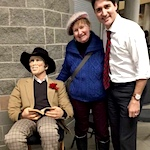 Artist brings sculpture to meet prime minister